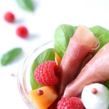 Salade de melon, mozzarella, jambon de Parme et framboises