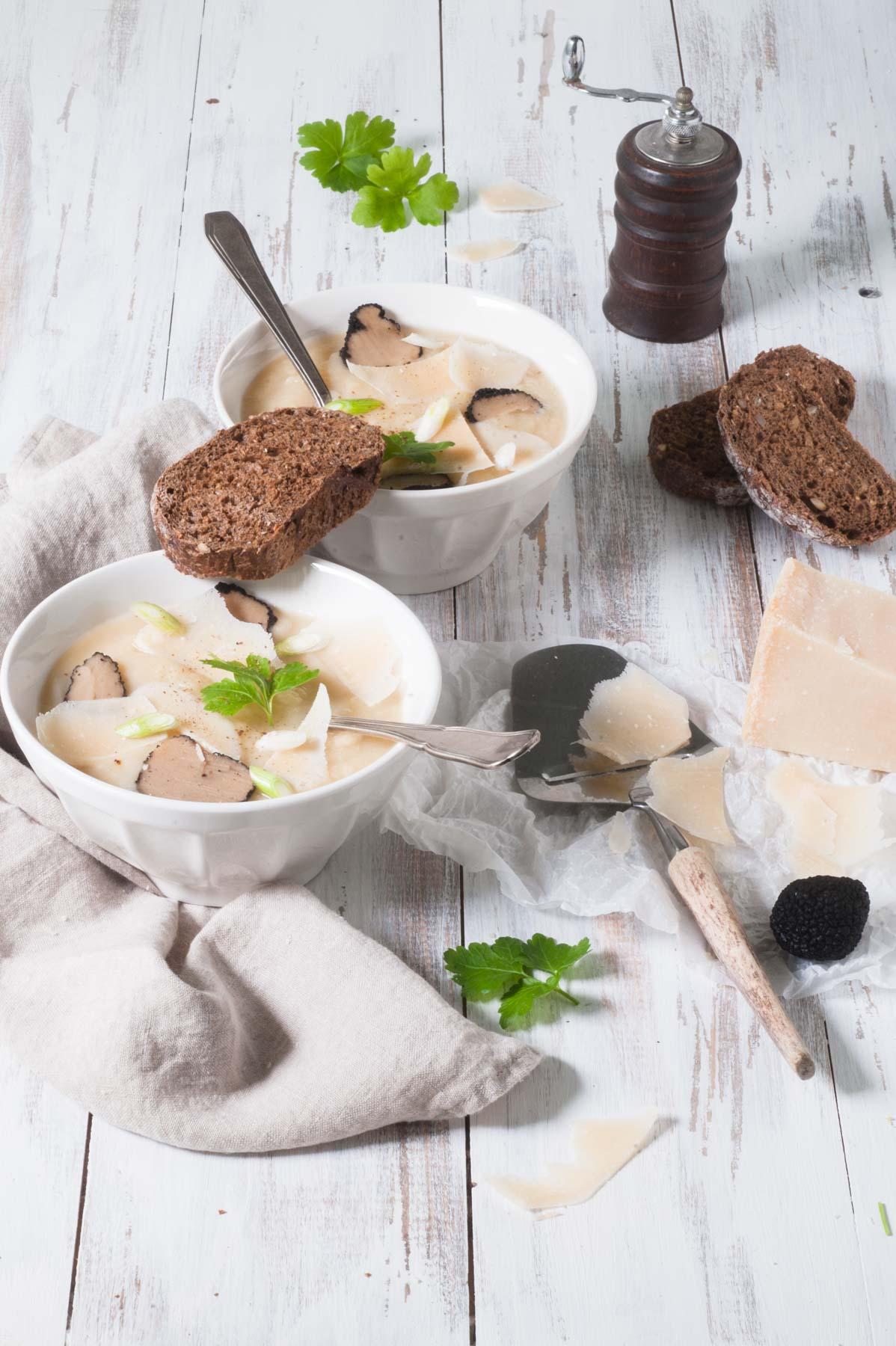 Soupe de céleri rave au parmesan et à la truffe noire