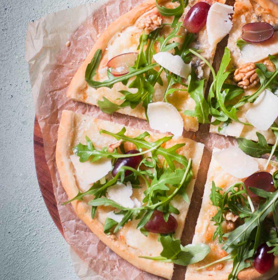 Pizza aux fromages et à la roquette