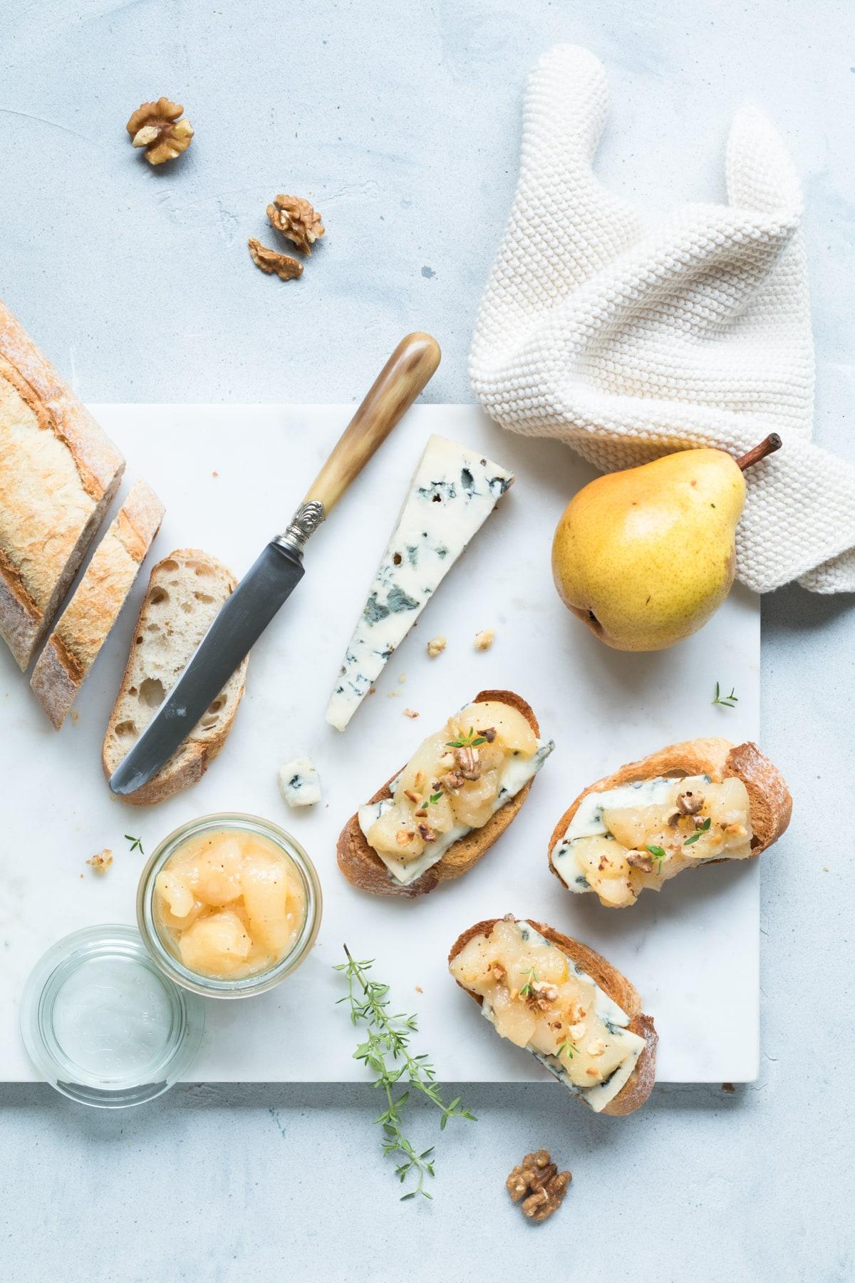 Crostini au grogonzola et à la compotée de poires