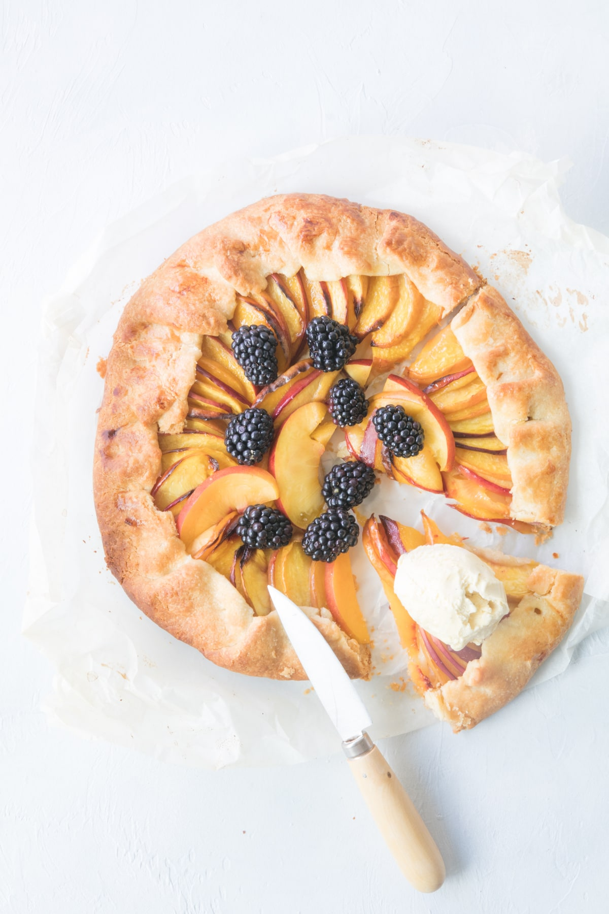 Tarte rustique aux nectarines et aux mûres