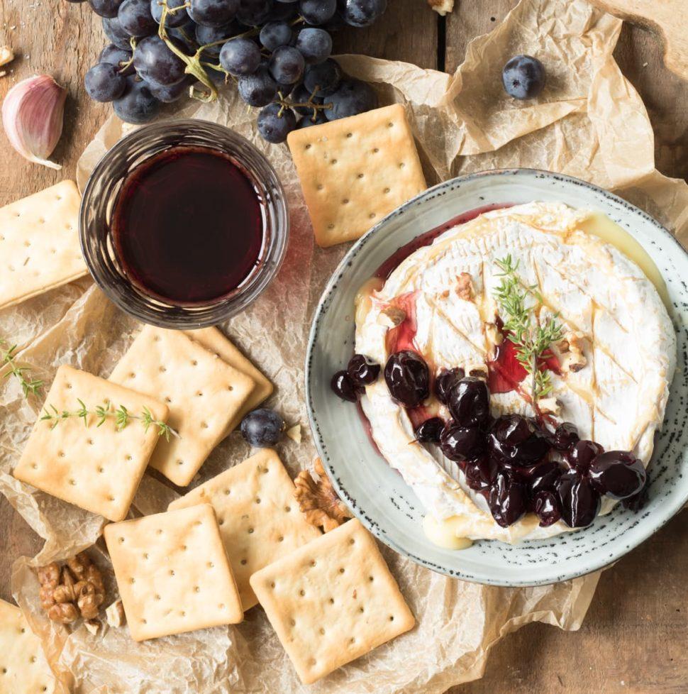 Camembert rôti aux raisins confits au Porto et au thym